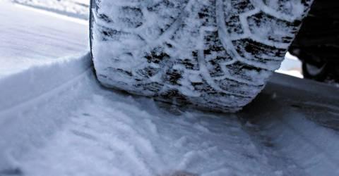 Autoband in de sneeuw