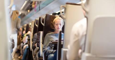 Jonge vrouw in de trein