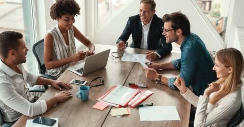 Bespreking werkgever met personeel op kantoor